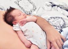 Le petit enfant dort sur son père Images stock