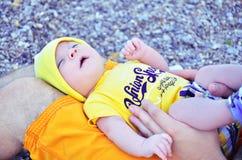Le petit enfant dort sur son père en mer Photos stock