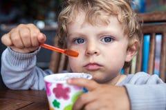 Petit été de crème glacée de consommation d'enfant en bas âge Image libre de droits