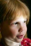 Le petit enfant mignon est bouleversé et pleurer Image libre de droits