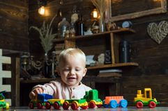 Le petit enfant ont plaisir à jouer avec des voitures de jouet dans la salle de jeux Appréciez chaque moment de la vie images libres de droits