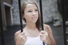Le petit enfant triste est seul images libres de droits