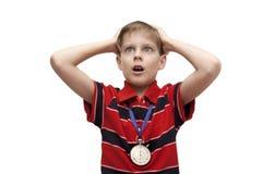 Enfant-entraîneur étonné et bouleversé Image stock