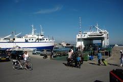 Le petit ferry Øen dans Søby Photographie stock