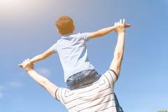 Le petit-fils et le grand-parent mignons apprécient le fils Photos libres de droits