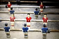 Le petit football de table d'homme image stock