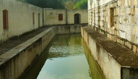 Le petit fossé du fort de manora avec des fenêtres de hall Image stock