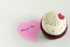 Le petit gâteau avec le coeur rouge et vous remercient de masser Images stock