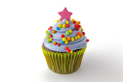 Le petit gâteau avec le givrage de myrtille et coloré arrose Images libres de droits