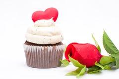 Le petit gâteau de l'amour et s'est levé Photographie stock