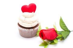 Le petit gâteau de l'amour et s'est levé Photo stock