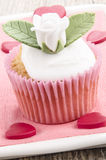Le petit gâteau de Valentine avec avec s'est levé Images libres de droits