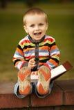 Le petit garçon écrit avec le crayon lecteur Photo stock