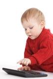Le petit garçon étudie pour compter avec la calculatrice Images libres de droits