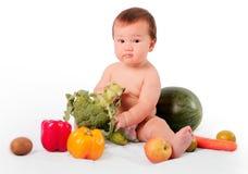 Le petit garçon aiment des fruits images libres de droits