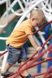 Le petit garçon apprécie le jour ensoleillé à l'extérieur. images libres de droits