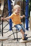 Le petit garçon apprécie le jour ensoleillé à l'extérieur. photos libres de droits