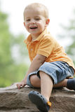 Le petit garçon apprécie le jour ensoleillé à l'extérieur. photographie stock