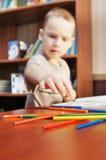 Le petit garçon apprend à dessiner Images stock