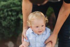 Le petit garçon apprend à marcher Bel enfant avec l'extérieur de cheveux blonds photos stock