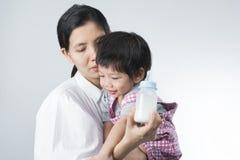 Le petit garçon asiatique mignon ne s'inquiète pas d'allaiter dans le mothe Image stock
