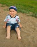 Le petit garçon aux pieds nus. Images libres de droits
