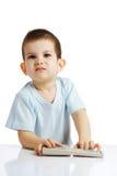 Le petit garçon avec le panneau de commande de la TV Photographie stock