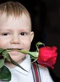 Le petit garçon avec le rouge s'est levé photographie stock libre de droits