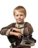 Le petit garçon avec les patins dans le chandail. Photographie stock libre de droits