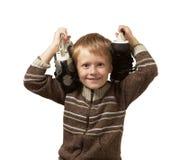 Le petit garçon avec les patins dans un chandail Image libre de droits