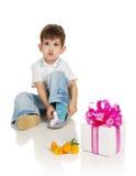 Le petit garçon avec un cadeau et les couleurs Image stock