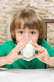 Le petit garçon boit du lait photo libre de droits
