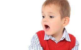 Le petit garçon crie à l'extérieur fort Photo stock
