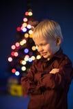 Le petit garçon décore l'arbre de Noël Sapin avec des décorations Enfant et ornement Photographie stock