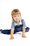 Le petit garçon dans des combinaisons bleu-foncé Photos libres de droits