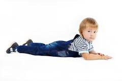 Le petit garçon dans des combinaisons bleu-foncé Photos stock