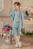 Le petit garçon dans le costume bleu dans le studio avec des fleurs Photographie stock