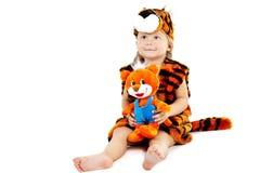 Le petit garçon dans un procès d'un tigre Photos libres de droits