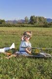Le petit garçon de bandit et ses RC neufs surfacent Photos libres de droits