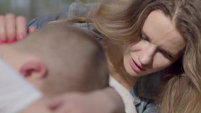 Le petit garçon de portrait pleure et la mère calme son fils dehors Maman et fils de relations banque de vidéos