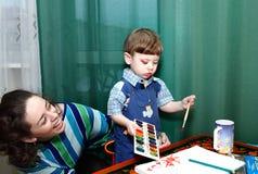 Le petit garçon dessine Photo stock