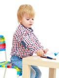 Le petit garçon dessine les stylos feutres Photos libres de droits