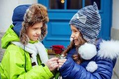 Le petit garçon a donné la demoiselle d'honneur Le concept de l'amour et du Val Photo libre de droits