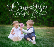Le petit garçon donne à une fille un bouquet des fleurs et du jour des textes pendant la vie Aspiration de main de vintage de let Photo libre de droits