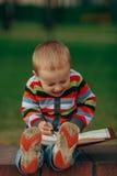 Le petit garçon drôle écrit avec le stylo Photos libres de droits