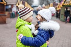 Le petit garçon et la fille étreignent sur la rue Le concept de l'amitié Image stock