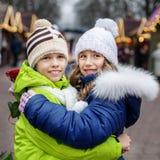 Le petit garçon et la fille étreignent sur la rue place Le concept du franc Photo stock
