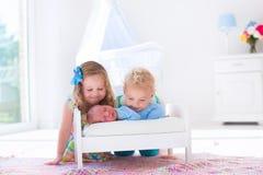 Le petit garçon et la fille rencontrent le nouvel enfant de mêmes parents Image stock
