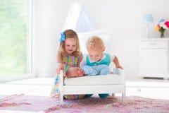 Le petit garçon et la fille rencontrent le nouvel enfant de mêmes parents Images stock