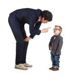 Le petit garçon et les hommes d'affaires communiquent, isolement images libres de droits